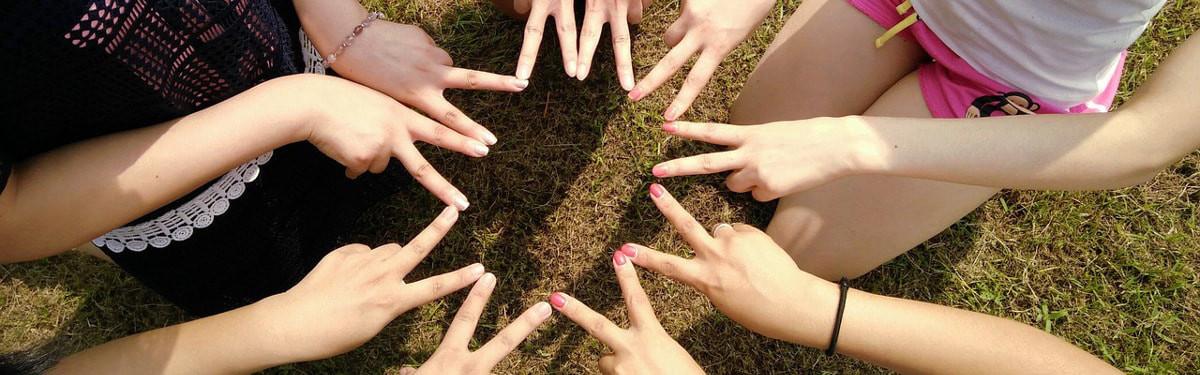 Uutiset-sivun kansikuva: Viisi ihmistä muodostaa sormistaan tähden