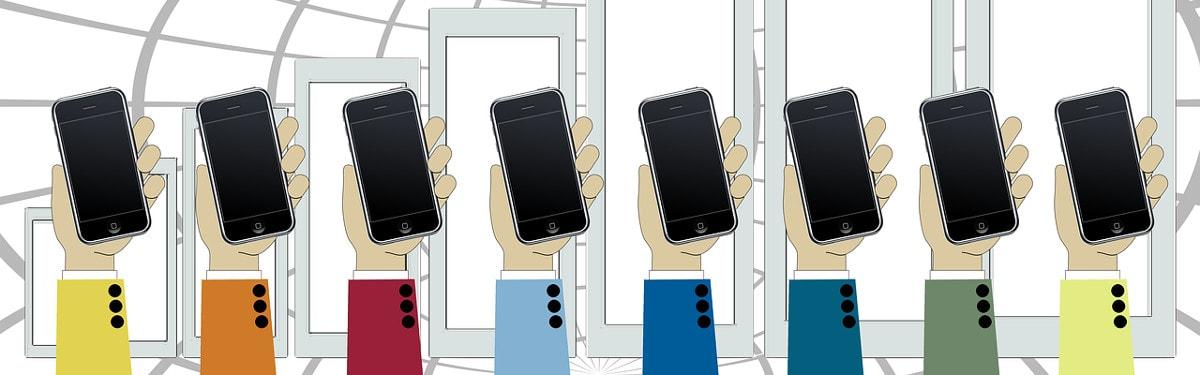 Hanke-sivun kansikuva: Kahdeksan kättä pitää ylhäällä älypuhelimia
